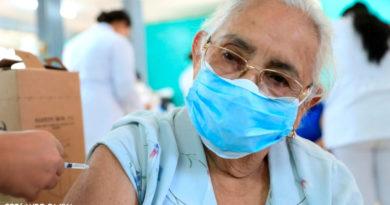 Paciente recibiendo la vacuna contra el Covid-19 en Managua