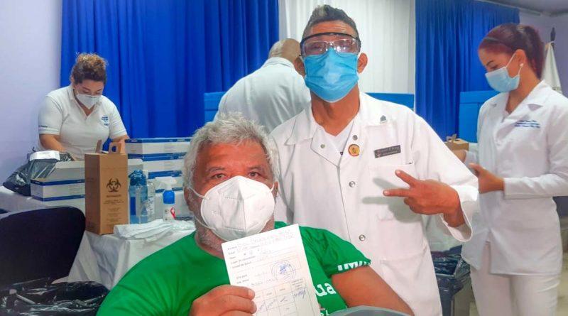 Paciente tras recibir vacuna contra el Covid-19 en Managua