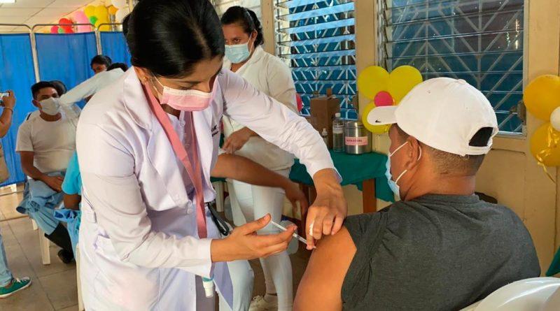 Personal de salud del MINSA vacunando contra la COVID-19 en Bilwi, Puerto Cabezas