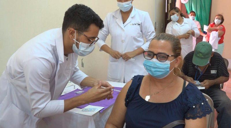 Personal médico del MINSA vacunando a una ciudadana mayor de 50 años en Ocotal, Nueva Segovia.