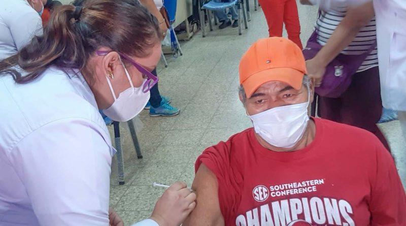Paciente siendo vacunado por una doctora del Ministerio de Salud
