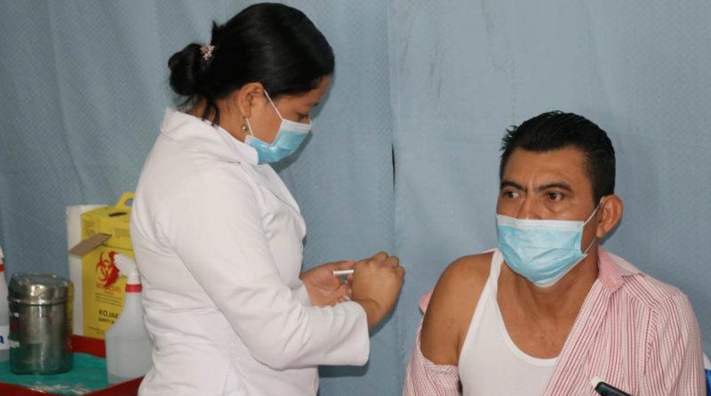 Doctora del Ministerio de Salud durante la jornada de vacunación desarrollada en Nueva Guinea