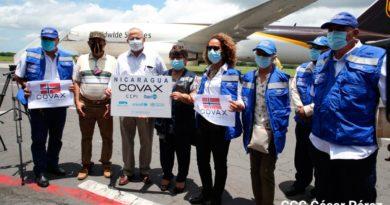 Autoridades del Ministerio de Salud de Nicaragua, OPS y la OMS recibiendo en el Aeropuerto Internacional Augusto C. Sandino un lote de 36 mil 480 dosis de vacunas AstraZeneca
