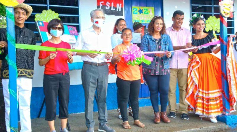 Embajador de Taiwán junto a la Alcaldesa de Managua y protagonista, durante la entrega de la vivienda en Las Jagüitas