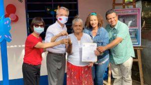 Alcaldesa de Managua, Reyna Rueda junto al Embajador de Taiwán en Nicaragua, Jaime Chin Mu Wu, entregan llaves de la nueva vivienda a la protagonista en Laureles Sur