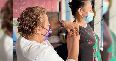 Doctora del Centro de Salud Roberto Herrera aplica vacuna a una pobladora del 19 de Julio en el brazo derecho