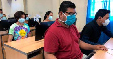 Estudiantes técnicos del centro Manuel Landéz Rojas de Ticuantepe, en la inauguración de un nuevo laboratorio de computación