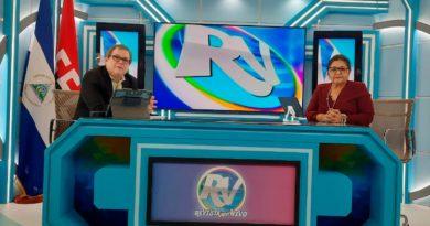 Ministra de Educación, Miriam Raudez, junto al periodista Alberto Mora