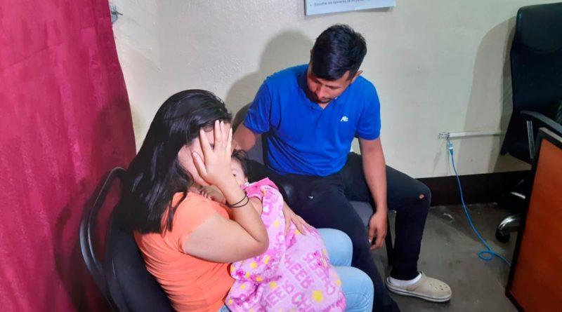 Niña que había sido secuestrada en Matagalpa siendo entregada a sus familiares luego de ser recatada por la Policía Nacional