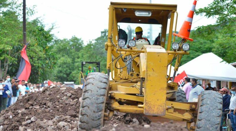 Maquinaria durante el inicio de la construcción de la carretera Esquipulas - San Dionisio en el departamento de Matagalpa
