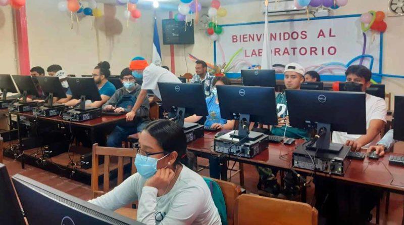 Estudiantes del Centro Tecnológico de Matagalpa durante la inauguración del laboratorio