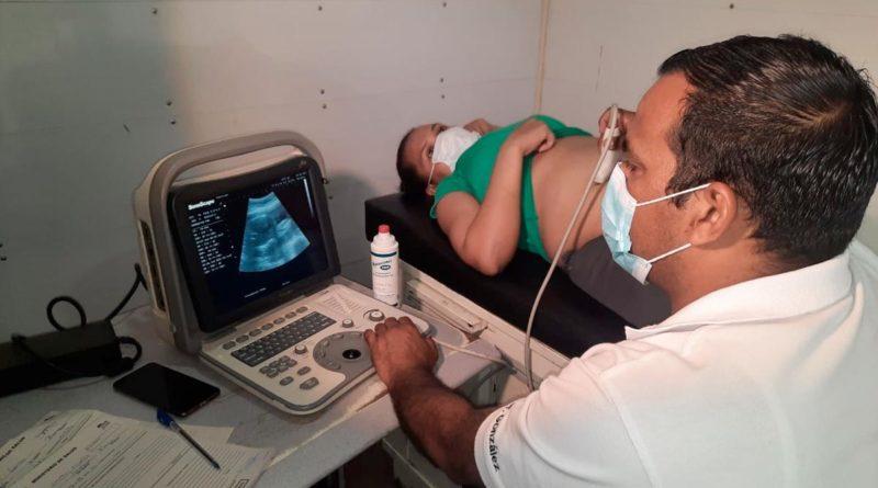 Pobladora del barrio Jonathan González durante un ultrasonido realizado por médico del Ministerio de Salud