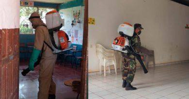 Efectivos del Ejército de Nicaragua desinfectando contra el COVID-19 espacios públicos abiertos, en la comunidad Las Azucenas, municipio de San Carlos, departamento de Río San Juan.