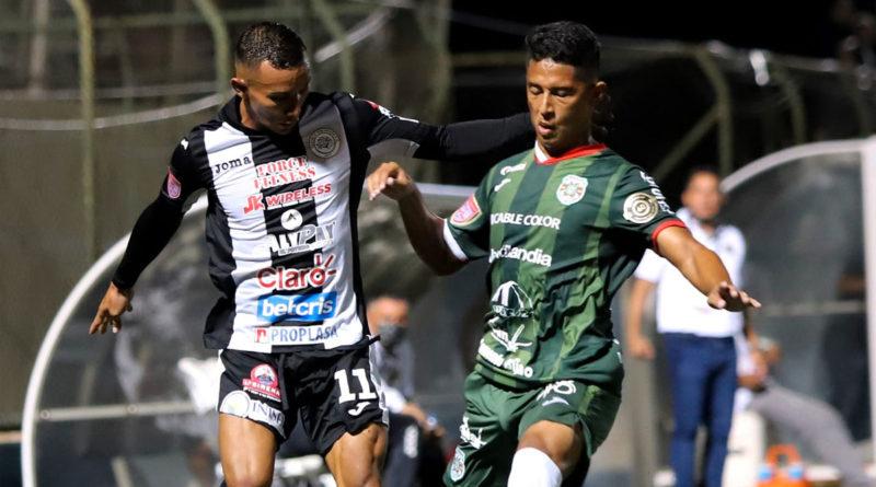 Jugadores de Cacique Diriangén y Marathon durante el juego de ida en la Liga CONCACAF.