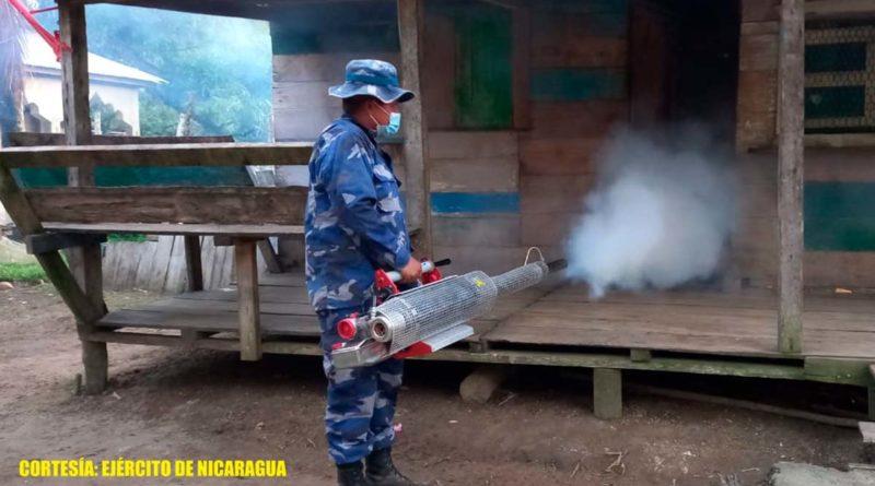 Miembros del Ejército de Nicaragua durante la jornada de fumigación en la comunidad Sandy Bay Sirpi