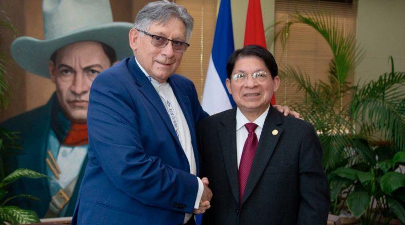 El Embajador de Bolivia, señor Palmiro León Soria Saucedo junto al Canciller de Nicaragua, Denis Moncada