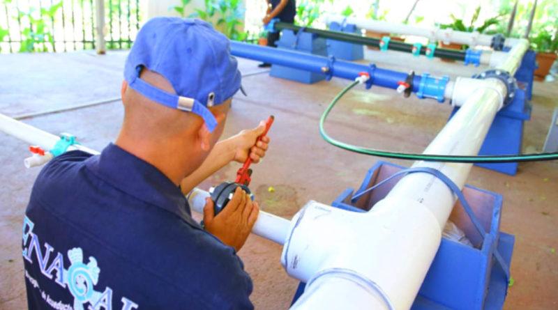 Trabajadores de ENACAL realizando labores en tuberías de agua y saneamiento