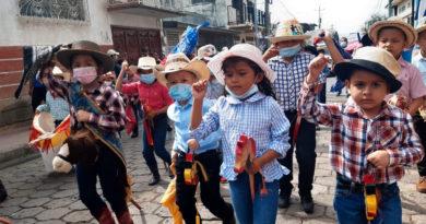 Niños y niñas de Juigalpa durante el desfile a caballito de palo