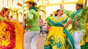 Un hombre y una mujer bailando folclor nicaragüense