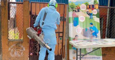 Brigadista del Ministerio de Salud (MINSA), entrando a fumigar una vivienda en el barrio Enrique Lorente
