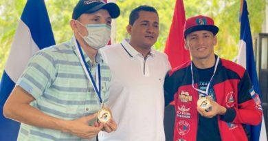Gemelos Alvarado tras recibir la medalla Orgullo de mi País por parte del Movimiento Deportivo Alexis Argüello