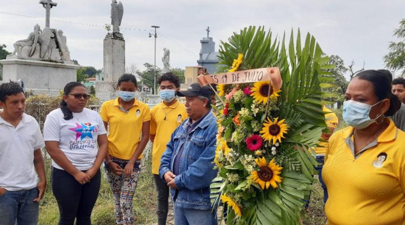 Entrega de ofrenda floral al combatiente David Martínez Santamaría