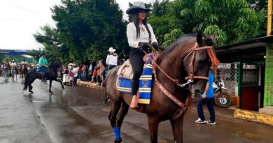 Familias nicaragüenses y jinetes en el desfile hípico en honor a la Virgen de la Asunción en Juigalpa.