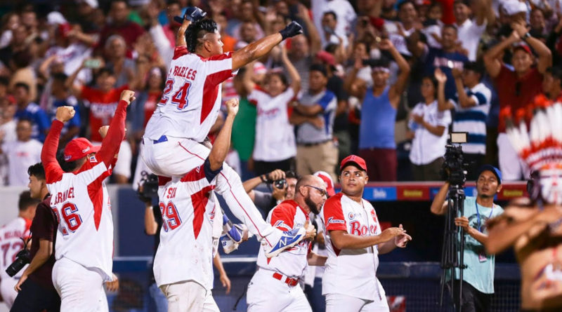 Javier Robles celebrando junto al Bóer un victoria de la LBPN.