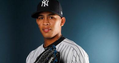 Jonathan Loáisiga portando una gorra de los Yankees de Nueva York de las Grandes Ligas.