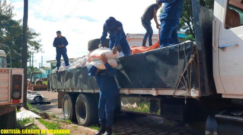Efectivos navales del Ejército de Nicaragua descargando paquetes alimenticios en Bluefields