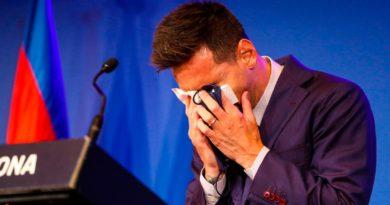 Leo Messi destrozado y con lágrimas en los ojos, consolado con solo un pañuelo que le pasó su esposa, se despide del FC Barcelona.