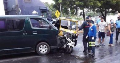 Microbús y moto taxi tras el accidente ocurrido en Esquipulas