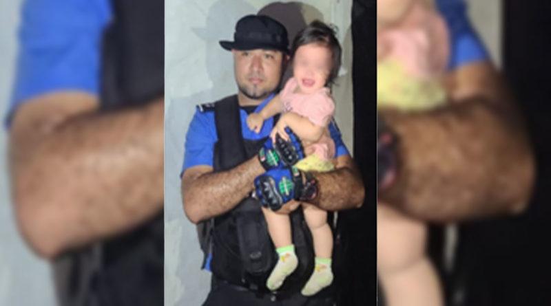 """Oficial de la Policía Nacional junto a la niña de iniciales A.M.L.B rescata en la comunidad conocida como """"Los Charcos"""", municipio de Tipitapa."""