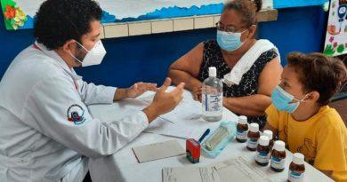 """Doctor del Hospital Manuel de Jesús Rivera """"La Mascota"""", brindando consulta médica en el barrio Waspán Norte de Managua."""