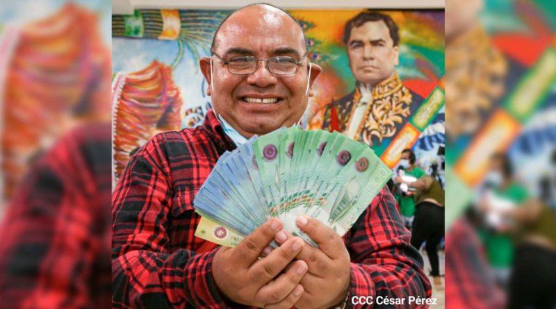 Trabajador del Ministerio de Educación tras recibir su pago correspondiente del mes de agosto