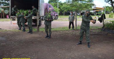 """Efectivos militares del Ejército de Nicaragua descargando plantas de plátano en las instalaciones del Estado Mayor """"Comandante Francisco Rivera Quintero""""."""