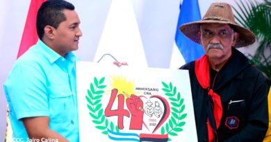 Coordinador Nacional de Juventud Sandinista 19 de Julio, Milton Ruiz, entregando reconocimiento al profesor Orlando Pineda.