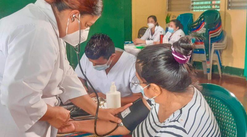 Doctores del Hospital Bertha Calderón brindan atención en salud a pobladora de El Recreo