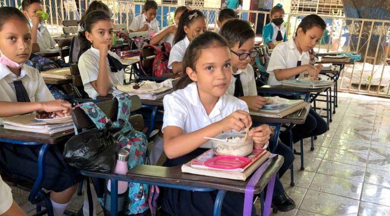 Estudiantes del Centro Escolar La Libertad, reciben su Merienda Escolar