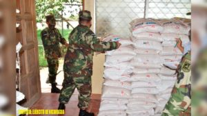 Ejército de Nicaragua realiza traslado y descargue de Merienda Escolar en Carazo