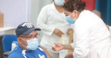 Personal médico del Ministerio de Salud aplica vacuna contra el Covid-19 a poblador de Managua