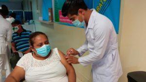 Enfermero del Ministerio de Salud vacunando contra el COVID-19 en Chontales