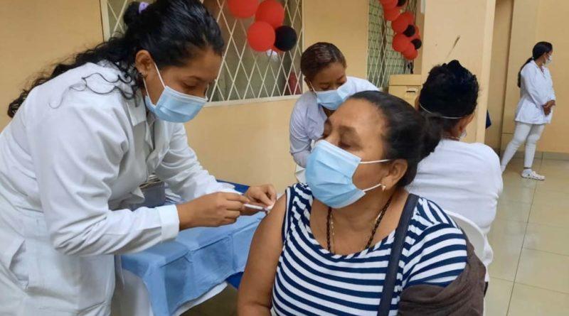 Doctora del Ministerio de Salud aplica vacuna contra el Covid-19 a pobladora de Nindirí