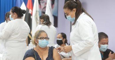 Doctora del Ministerio de Salud aplica vacuna contra el Covid-19