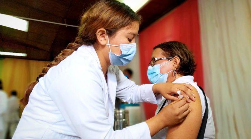 Doctora del Ministerio de Salud aplica vacuna contra el Covid-19 a pobladora en Managua