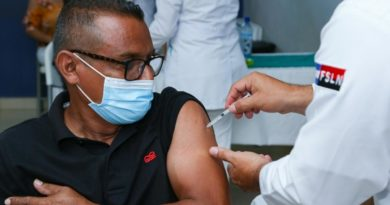 Paciente recibiendo la primera dosis de la vacuna contra el coronavirus