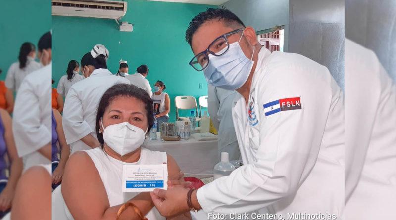 Médico del Ministerio de Salud tras aplicar vacuna contra el Covid-19, Sputnik V a una pobladora de la capital