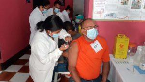 Médico del Ministerio de Salud aplica vacuna contra el Covid-19 a poblador de Chinandega