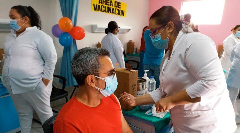 Personal médico del Ministerio de Salud de Nicaragua aplicando la segunda dosis de la vacuna contra el COVID-19 Sputnik V en Mateare.