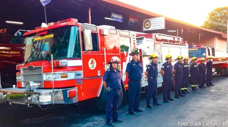 Camiones de bomberos y personal que fueron enviados a Villa Nueva